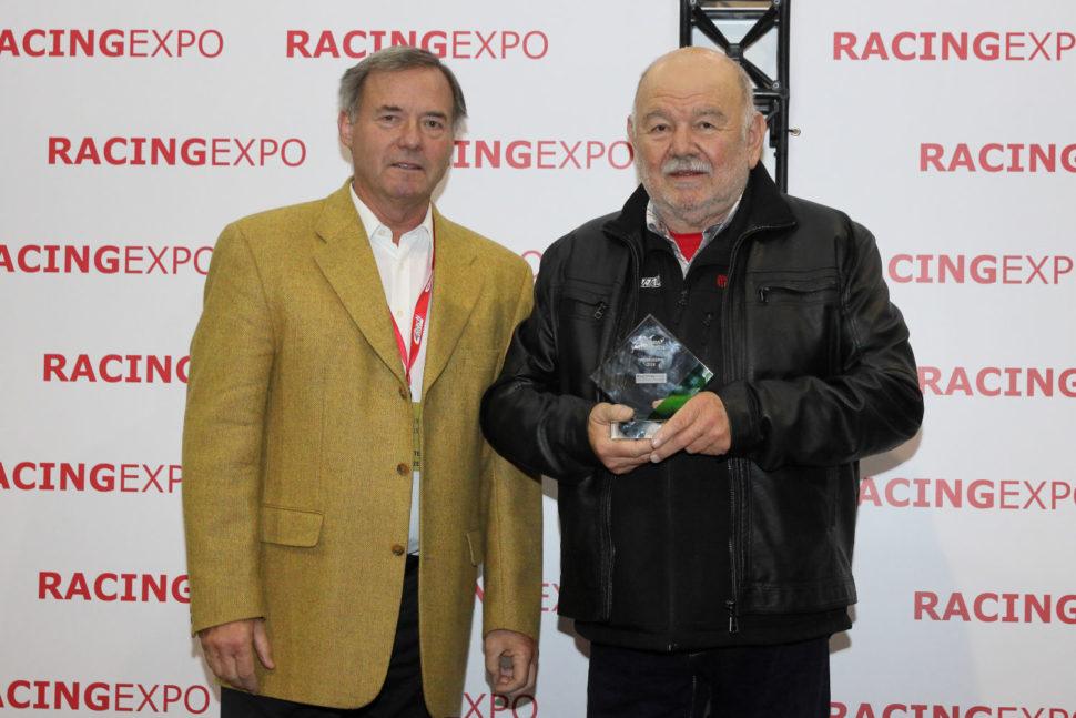 Karel Loprais převzal cenu od Petra Dufka, ředitele výstavy Racing Expo